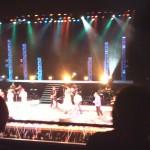 ステージから垂れ下がるのは大量の紙テープ!