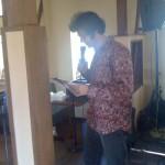 チラシの裏に書き写した歌詞を見ながら歌うドニーさん。