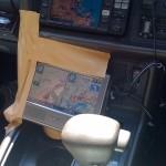 藤丸の車からナビを持ってきました。無造作にガムテープで固定。
