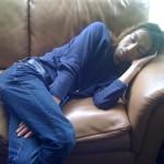 アメリカンサイズのソファーは寝心地も抜群!本番の2分前に起こしました!