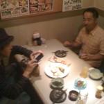 写真を撮ってから食べる久保さん(gt)、栗原さん(bass)!